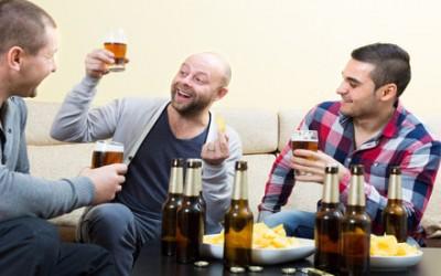 Utiliser les amis d'un homme pour le séduire
