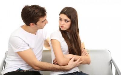 Comment savoir si un homme est attiré ? Les 5 signes évidents !